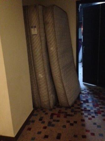 Humble Hotels Amritsar: Dirty old mattresses outside hotel room.