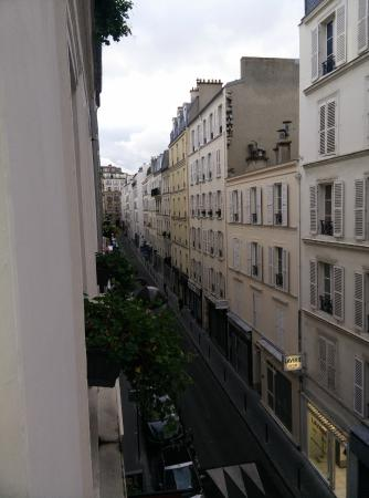 Hotel de Londres Eiffel: View of Rue Augerau from our room on 3rd floor
