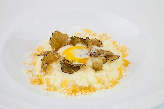 Sensi Restaurant: Risotto fresh black truffle served with egg yoke fill in with truffle mousse