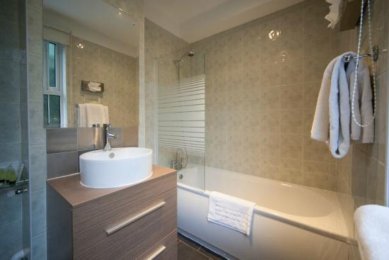 Dunchurch, UK: Newly refurbished Bathrooms in Rochford Court