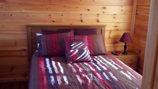 Copperhead Lodge: bed room
