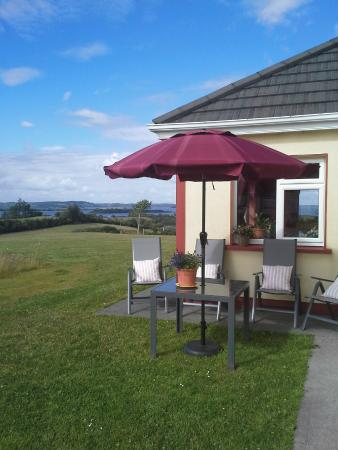 Tullaleagan Guesthouse: Relaxing in the garden