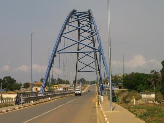 Equatorial Guinea: Puente sobre el rio Wele, Niefang