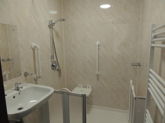 Manor House Hotel: One Of Our Easy Access Wet Rooms   Complete With Walk