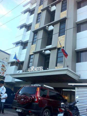 Cebu R Hotel - Capitol: Front of the hotel, with limited parking area