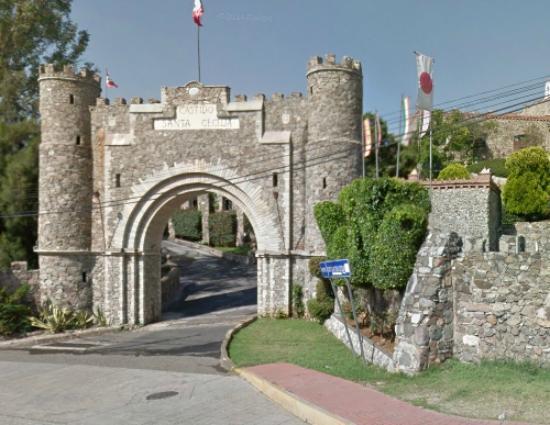Castillo Santa Cecilia Hotel: Entrada del hotel - Por Daniel Sieres-Zarabozo