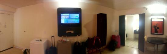 Motel 6 Anaheim Maingate: Tv em frente às camas