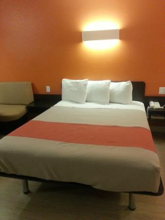 Motel 6 Anaheim Maingate: Cama confortável