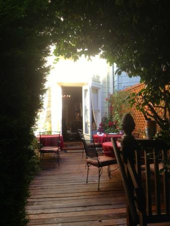Union Street Inn: Beautiful garden the perfect place for breakfast.