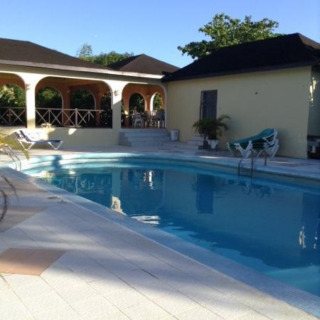 Pure Garden Resort: pool side