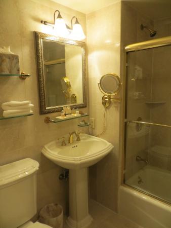 The Iroquois New York: bathroom