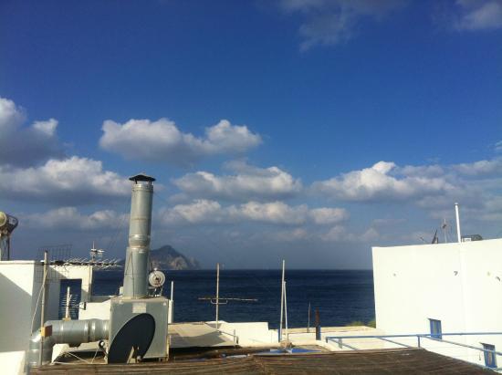Apollon studios: Blick vom Studio-Dach zur Insel Nikouria