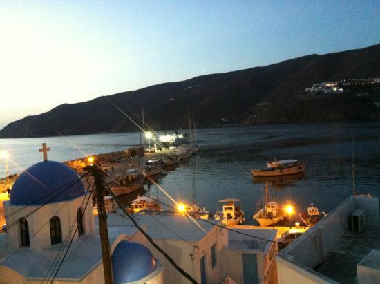 Apollon studios: Blick am Abend auf den Hafen und die St. Nikolaus Kapelle im Ortszentrum