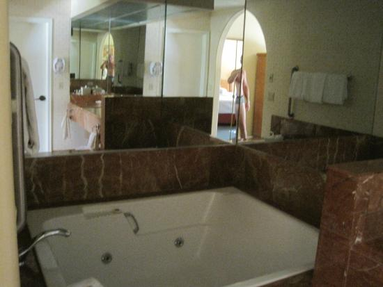 Legacy Golf Resort: Jacuzzi tub, a bit outdated but nice