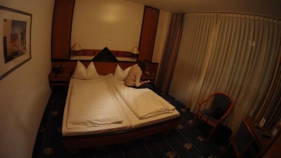 Flandrischer Hof: Двухместный номер (у нас были две сдвинутые кровати)