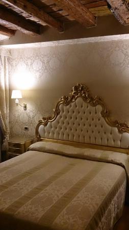 Hotel Noemi : Camera matrimoniale lato strada. Silenziosa e completa