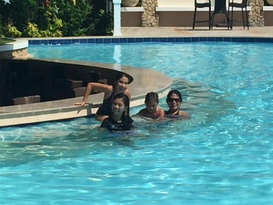 Bearland Paradise Resort : At the pool bar