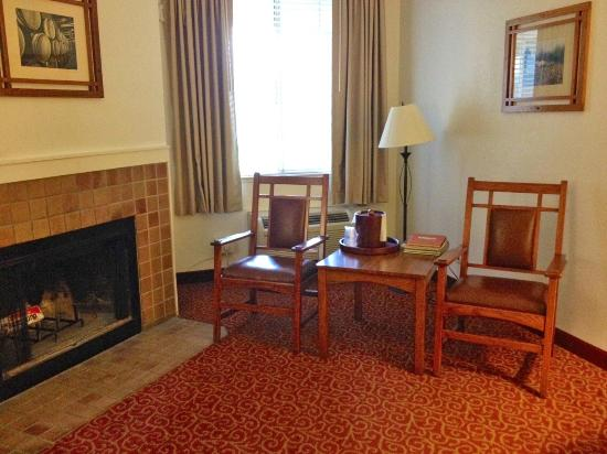 Best Western Sonoma Valley Inn & Krug Event Center : nice sitting area by the in room fireplace