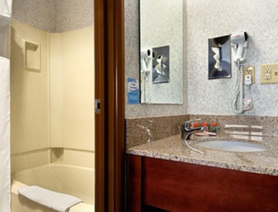 Motel 6 La Crosse WI: Bathroom