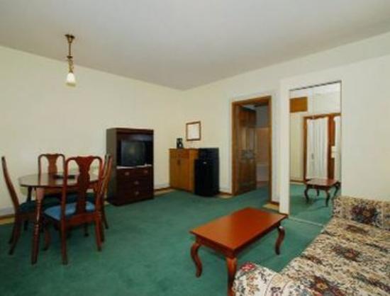 Days Inn Hutchinson: King Bedroom Suite