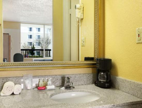 Ramada Altamonte Springs: Bathroom
