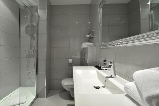 La Villa Nice Victor Hugo : salle de bain standard
