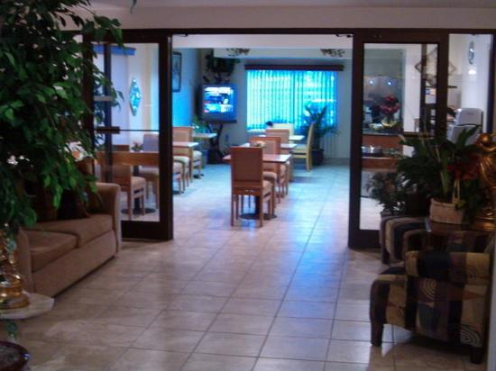 Americas Best Value Inn & Suites - Fort Collins East / I-25: LOBBYEATINGAREA