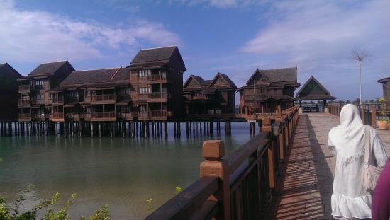 Langkawi Lagoon Resort: the deluxe suit and family rooms in the sea