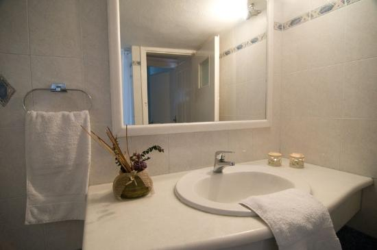 Villa Ilias Caldera Hotel: Bathroom