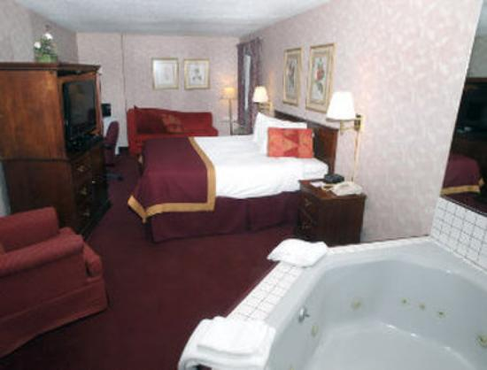 Baymont Inn & Suites Muskegon: Guest Room with Jacuzzi
