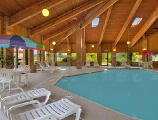Baymont Inn & Suites Muskegon: Pool