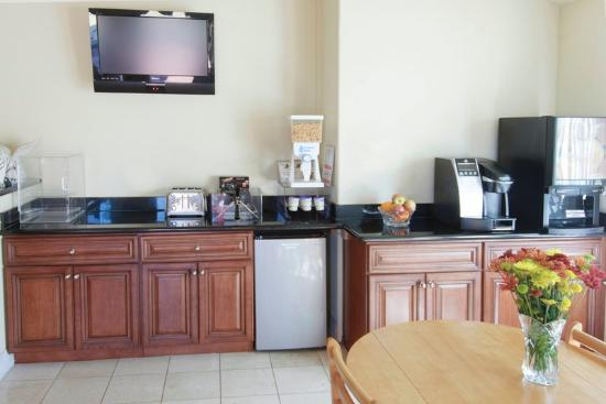Americas Best Value Inn & Suites: Breakfast Area