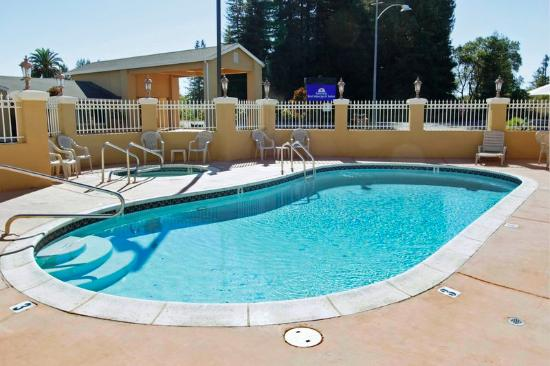 Americas Best Value Inn & Suites: Pool