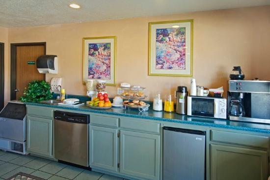 Americas Best Value Inn / East Albuquerque : Breakfast Area