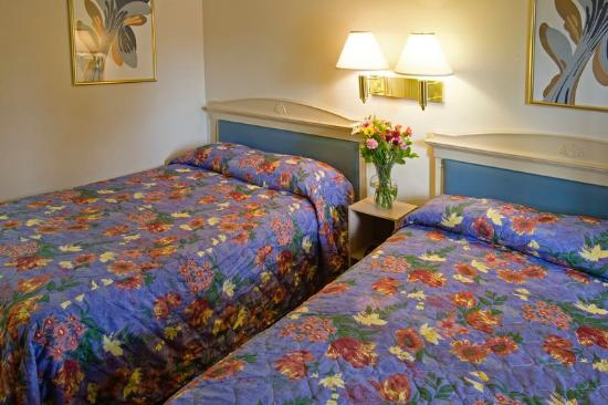 Americas Best Value Inn-Thousand Oaks: Two Double Beds