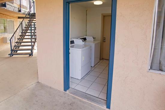 Americas Best Value Inn-Thousand Oaks: Laundry Facility