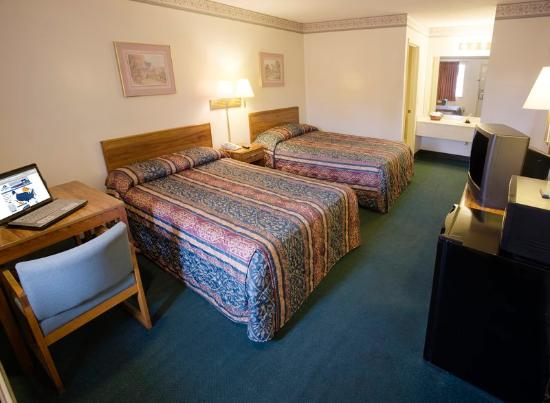 Americas Best Value Inn & Suites/Lookout Mountain West: Two Double Beds