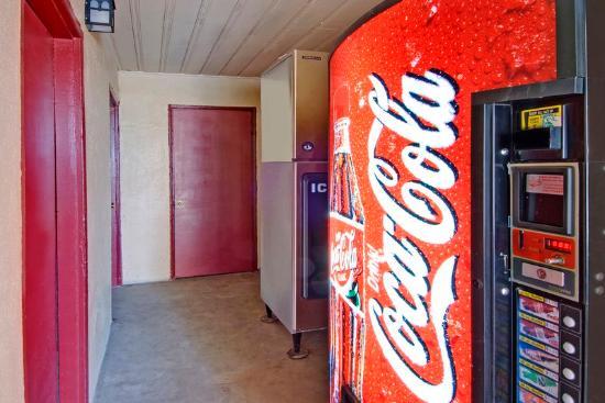Americas Best Value Inn Holbrook: Vending Machine