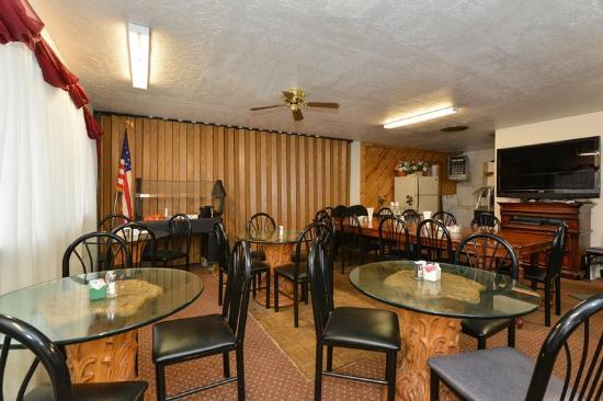 Americas Best Value Inn Holbrook: Breakfast Area
