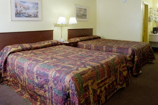 Americas Best Value Inn Tuscaloosa: Two Double Beds