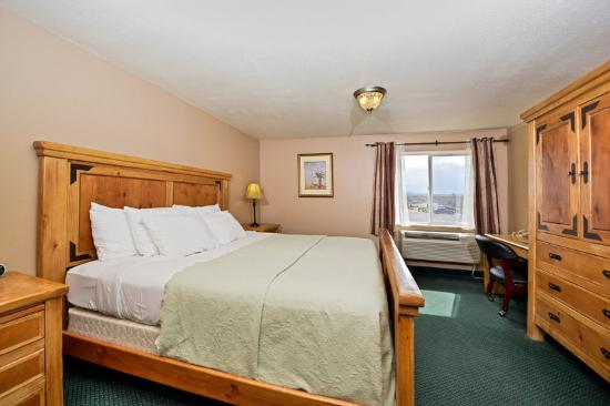 Americas Best Value Inn & Suites-Bryce Valley: One King Bed Suite