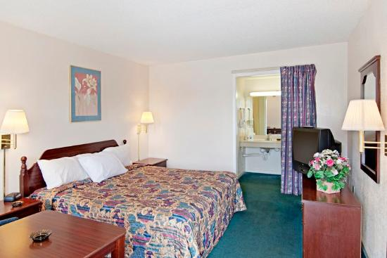 Americas Best Value Inn-Buford/Mall of Georgia: Handicap Room