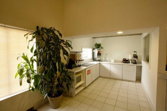 Affordable Inn: Breakfast Area