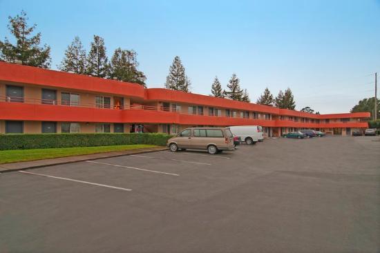 Americas Best Value Inn - Santa Rosa: Front Parking