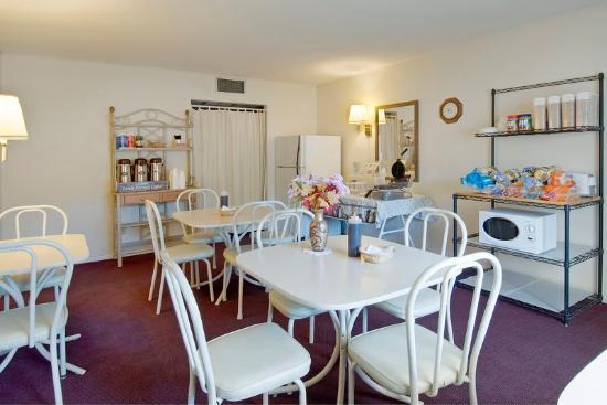 Americas Best Value Inn by the River: Breakfast Area