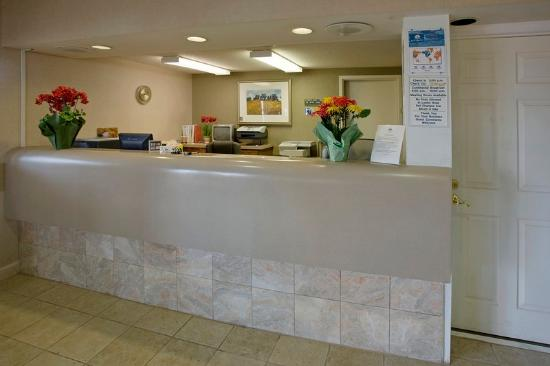 Americas Best Value Inn & Suites: Front Desk