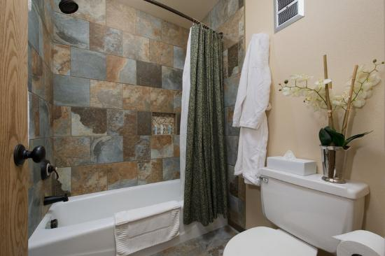 The Lexington at Jackson Hole Hotel & Suites: One King Bed Courtyard Bathroom