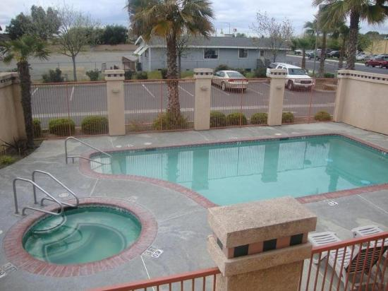 Americas Best Value Inn: Jacuzzi and Pool