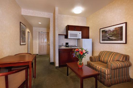 Prominence Hotel & Suites: Tradition Two Queen Suite Living Area with Kitchen