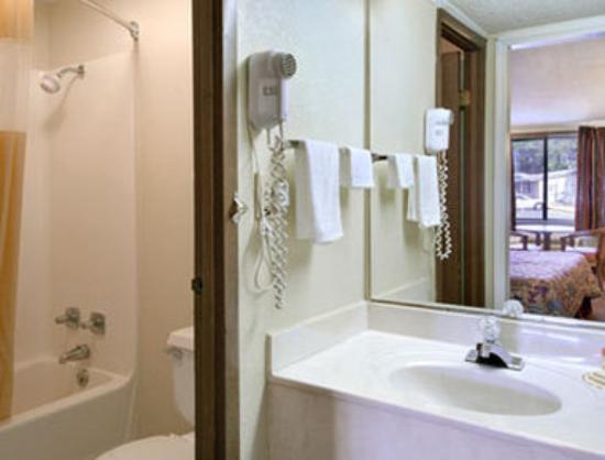Days Inn Lawrenceville : Bathroom